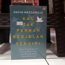 Gramedia Kau Tak Pernah Berjalan Sendiri by David Mezzapelle